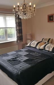Lovely private double room in family home