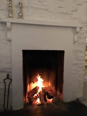 Open wood fire in living-dining room. Ample wood supply. Super duper cosy.