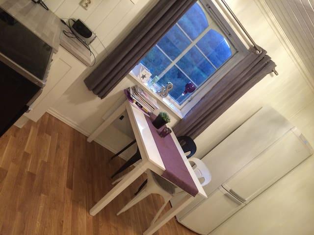 Nyoppusset leilighet med uteplass i ØLEN - Ølen - Apartamento