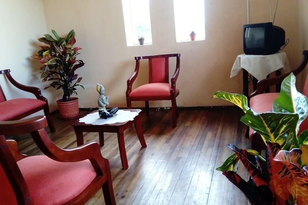 Nuestra sala es cuenta con mueble confortables ideal para descansar un momento al llegar a casa, cuenta con tv nacional.