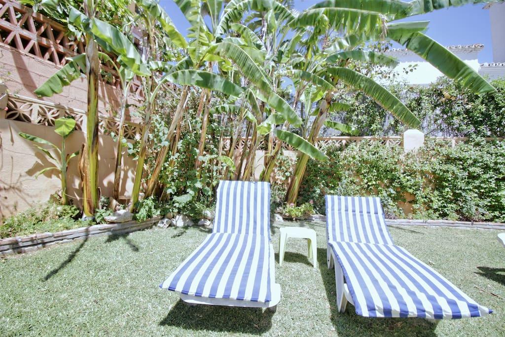 Gemütliche Liegen und gepflegter Garten