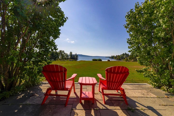 Cozy cabin in spectacular lakefront location - enjoy the view & bring the dog!