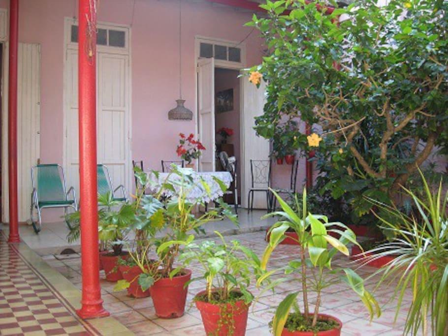 Patio interior y terraza donde es posible disfrutar de los bellos jardines en confortables sillones y suelen servirse las comidas si lo desean