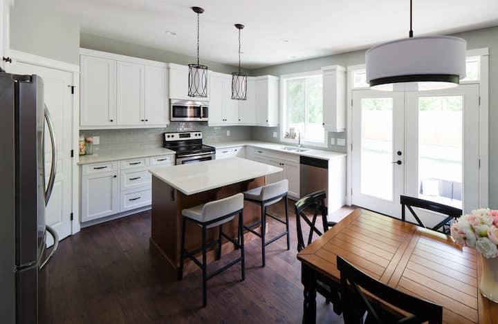 ★ Maplewood Retreat | Open Floor Plan  | 4 Bedroom