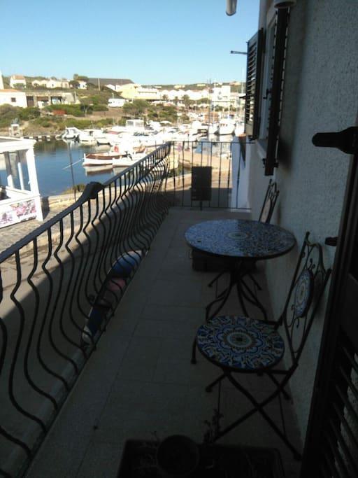 balcone fronte porto