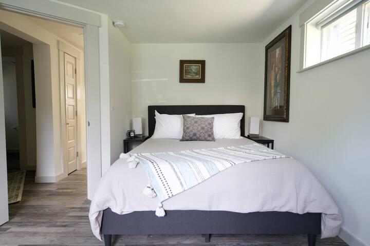 Queen bedroom 1 with office table & tv