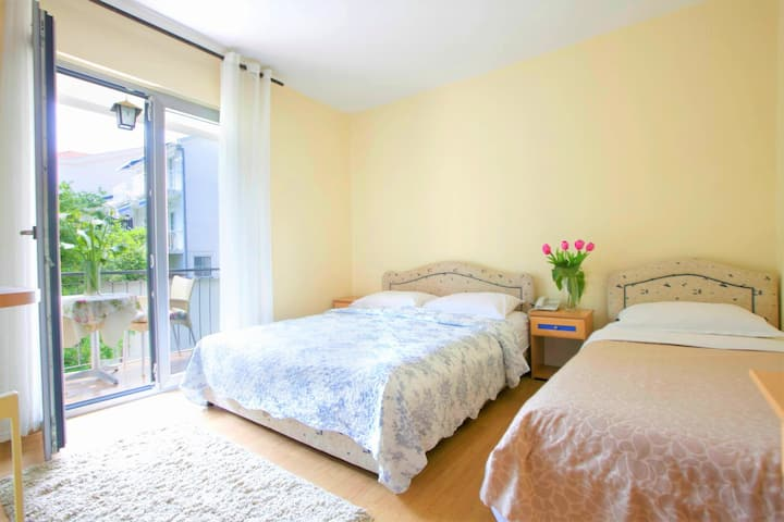 Triple Room with terrace in center of Budva