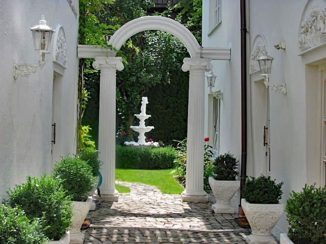 Der Eingang zum Garten führ über eine Arcade