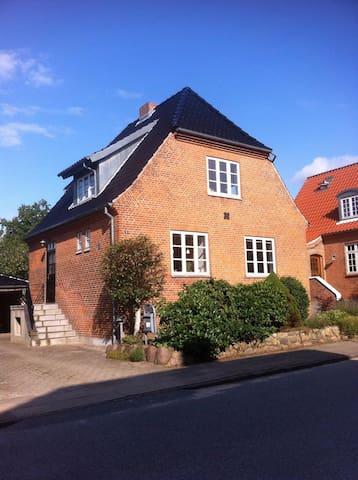 Hyggeligt byhus tæt på centrum - Viborg - Casa