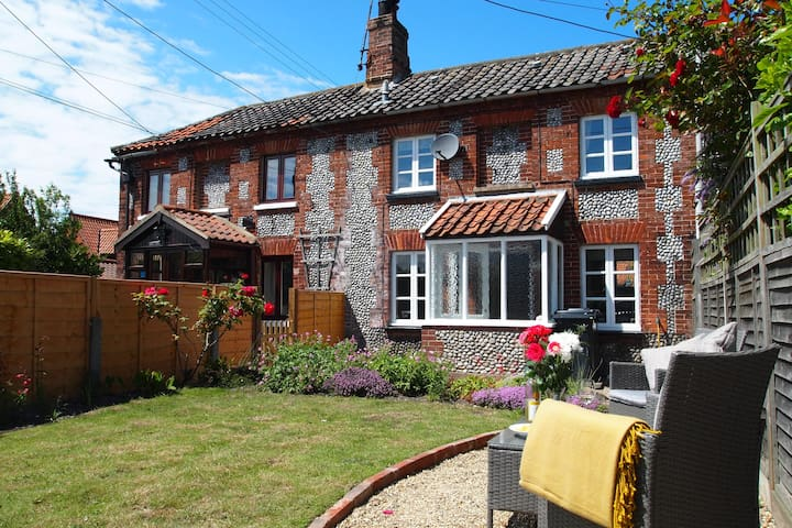 Shrimp Cottage in Stiffkey with garden & parking.