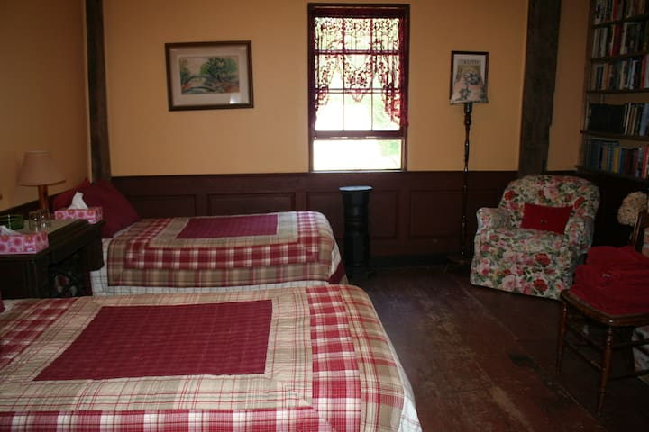 Hopkins House Farm B&B - the Study - Salem - Bed & Breakfast