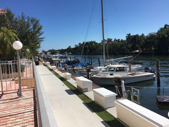 Spacious One Bedrm Coral Gables Miami on Waterway