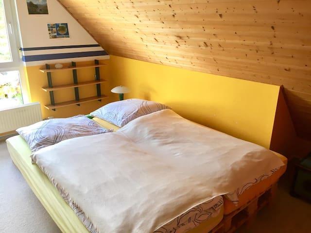 Schlafzimmer 2 (Palettenbett)