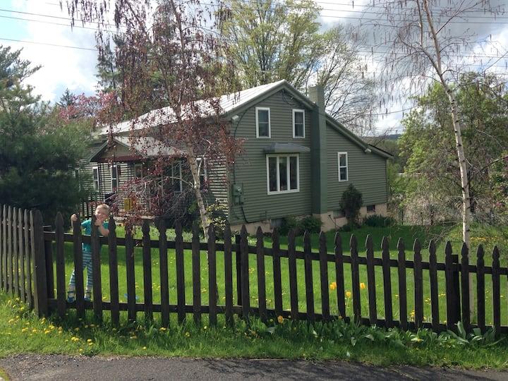 Village Cottage on the river- deck/ fenced yard