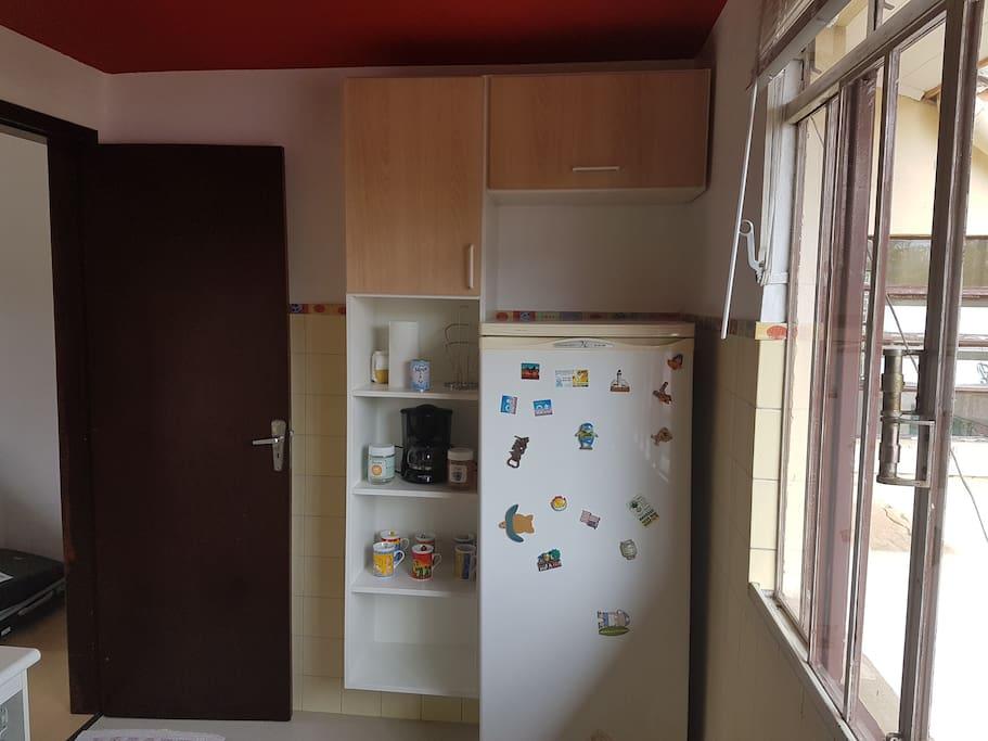 Cozinha completa com geladeira, fogão , microondas e utensílios