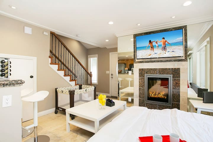 Costa Mesa/Newport - Fast WiFI - Work Stations - Free Parking - Self Check In!  (CM-1)