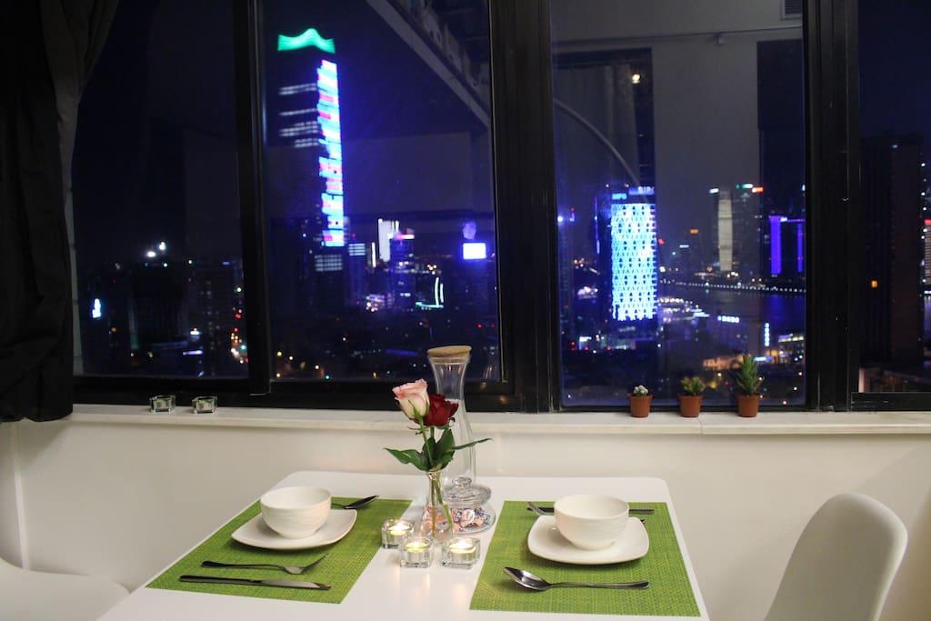 位于外滩边的公寓,窗外正对黄浦江繁华江景,让您足不出户享受上海浦江之美