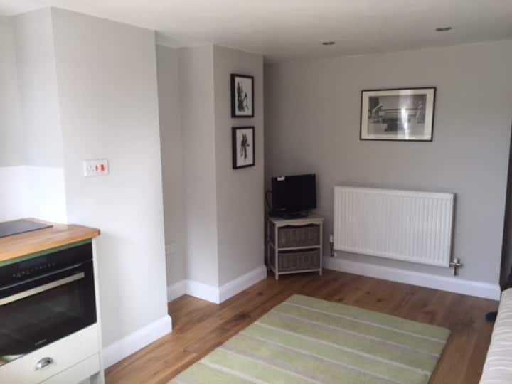 Self contained garden flat in pleasant, quiet area