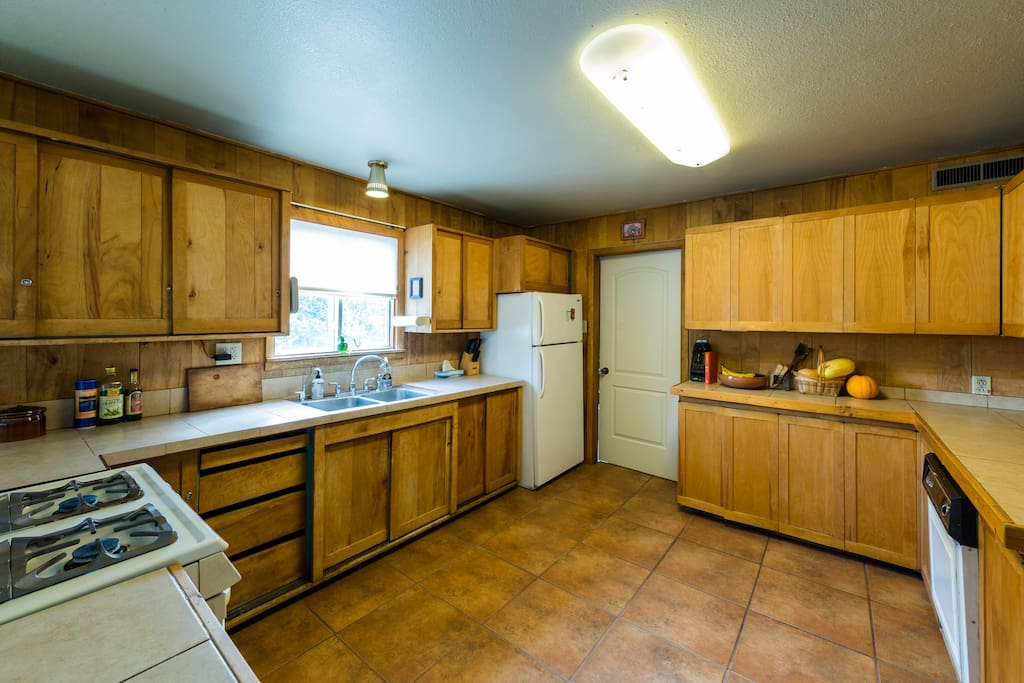 full range, lots of cabinet space, and dishwasher