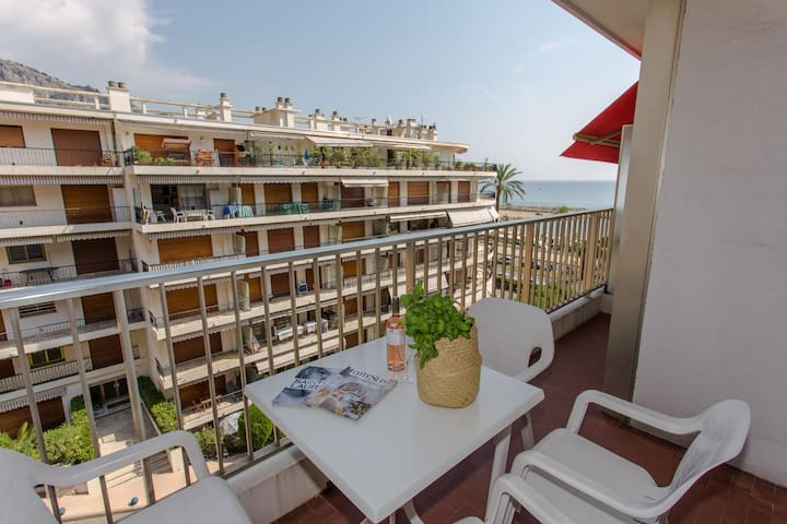 Beautiful 3 rooms near beaches and shops with terrace and parking