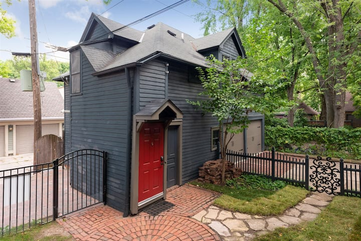 Historic District Carriage House- The Cutest