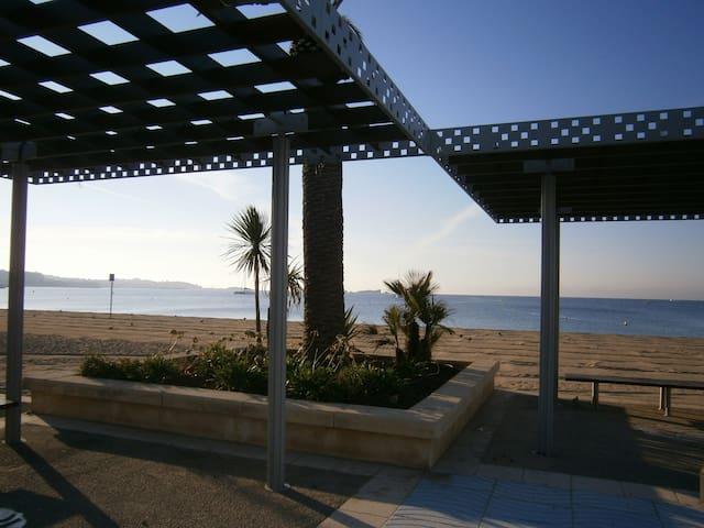 STUDIO/LOGGIA/PARKING à 300m de la plage de FREJUS