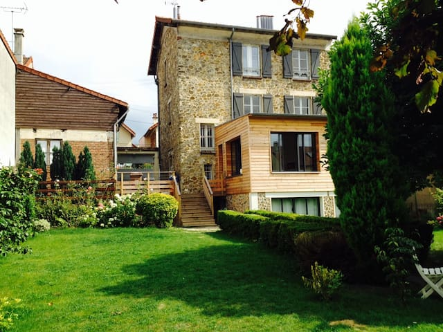 Lovely family house & large garden in Versailles - Versailles - House