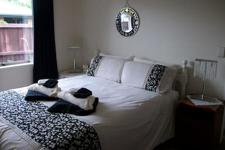 Queen bedroom  , private & safe. - Christchurch