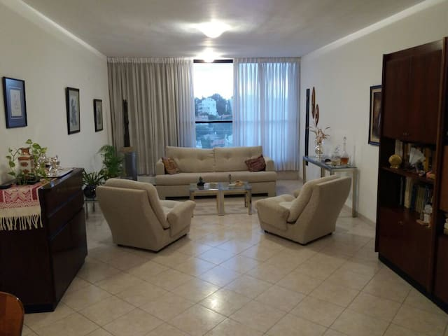 Classic 3BR -30 min from TLV and Jerusalem - Rehovot - Apartamento