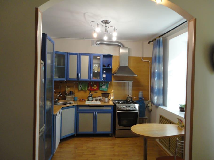 светлая удобная кухня в синих тонах