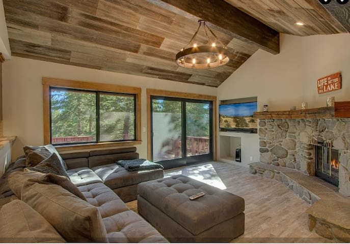 Remodeled 5 BR in Prime Location with Game Room. - Tahoe Vista - Hytte