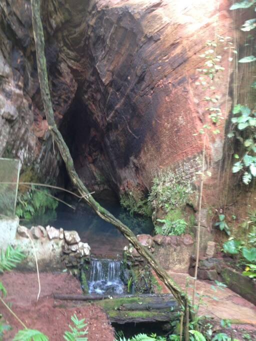 Gruta coração do sitio são 10 polegadas de agua que brotam debaixo da terra, na seca nunca diminui.