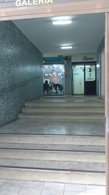 Entrada lateral, vista interna (Rua Voluntários da Pátria, 462).