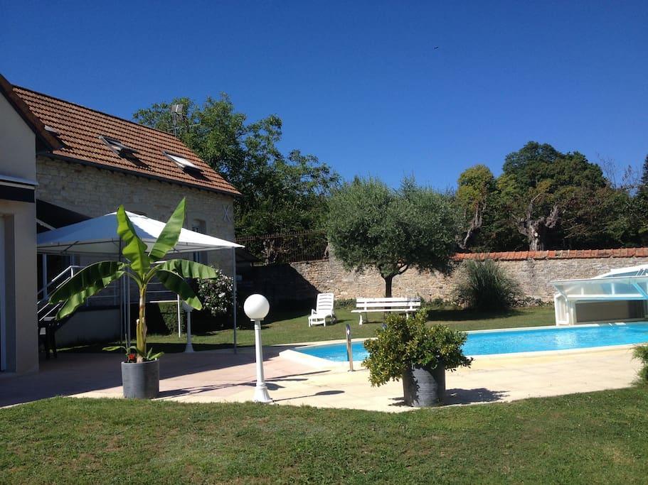 Joli petit studio avec piscine appartements louer for Bourgogne gite avec piscine
