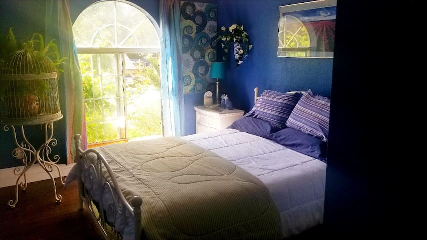Private bedroom (B) close to I-5 (No cleaning fee)