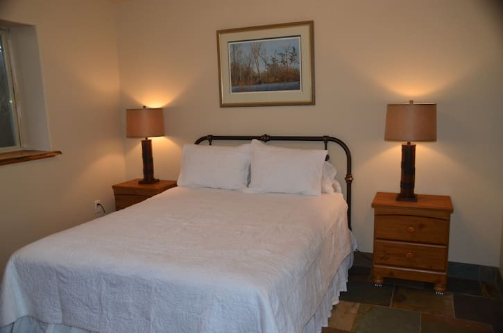 Private Suite Sleeps 6, 15 Min to Big Sky Resort!