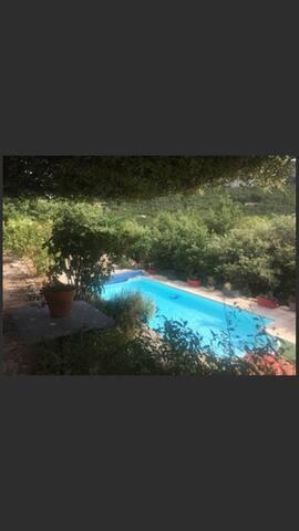 Chambre dans chalet indépendant .avec piscine