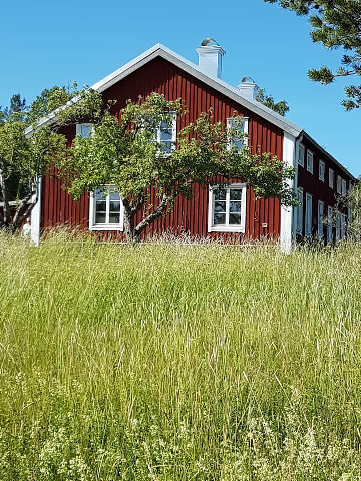 Generös gård vid sjö på Härnön i Höga Kusten