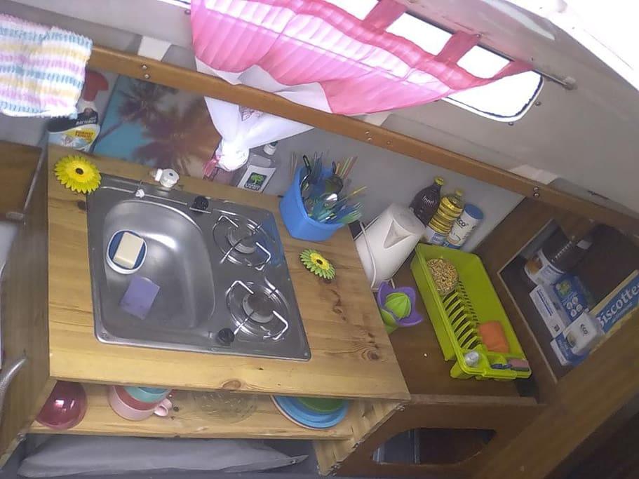 La cuisine du bateau équipée.