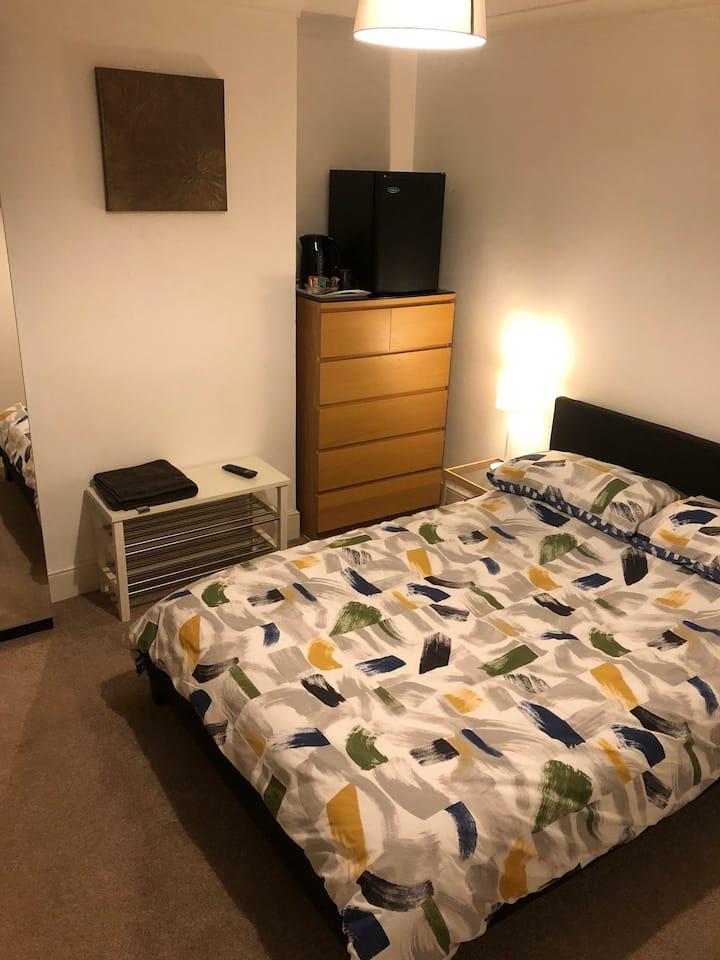 Comfortable warm double en-suite room in Bletchley