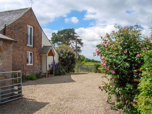 STOCKWELL HALL COTTAGE, family friendly in Carlisle, Ref 972487