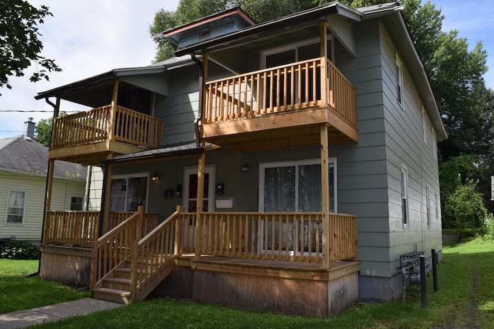 Quiet 1 Bedroom Upper with private porch
