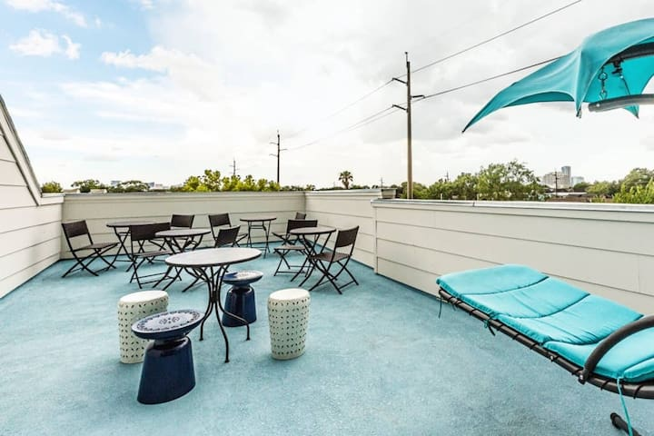Huge rooftop to BBQ and entertain