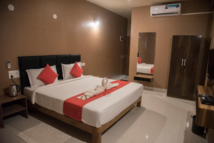 Cozy spacious room with a balcony at Morjim.