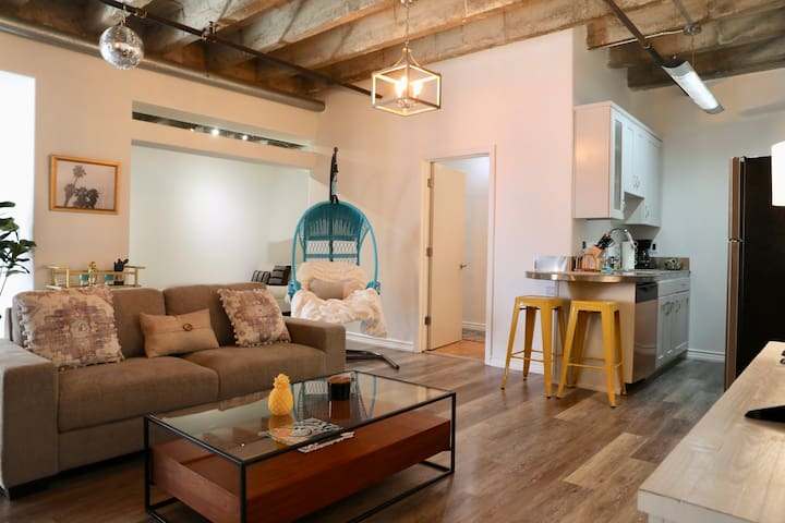 DTLA 1,000SF private condo - Luxury Living!