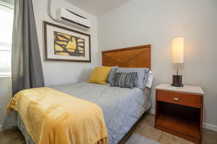 """Cozy Yellow Studio. Warm downtown apartment"""