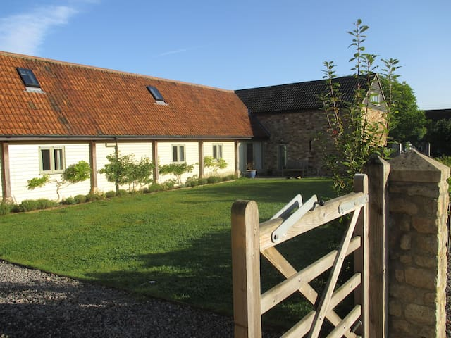 Beautifully renovated barns in a tranquil valley - Kilmersdon - Rumah