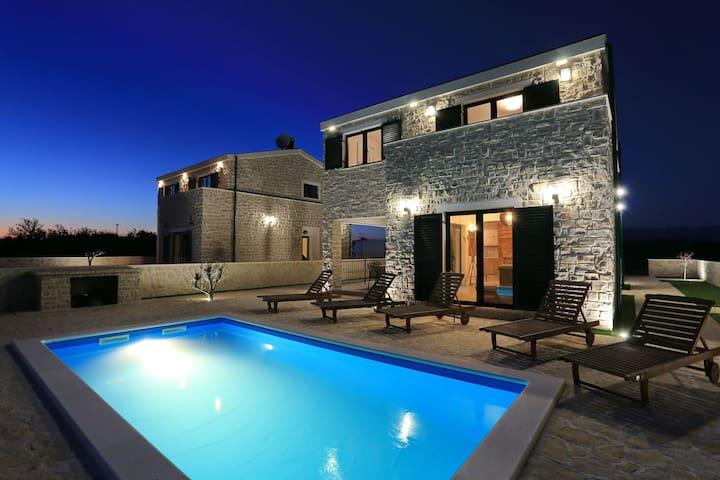 Villa Ivan(with heated swimming pool)