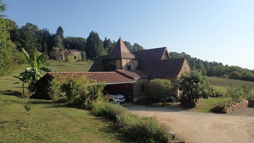 Chambre privative avec grande terrasse  aménagée.