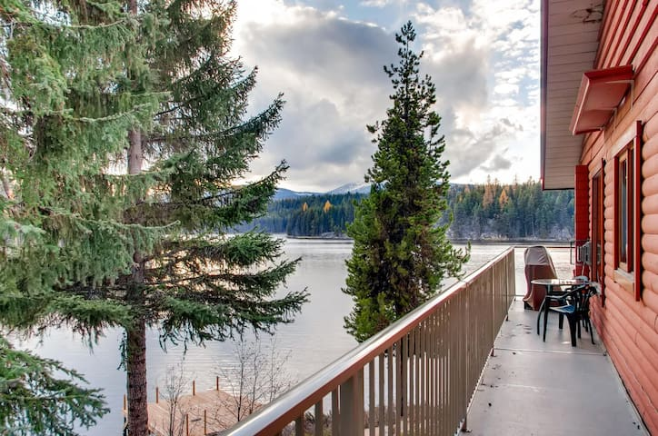 Country Cottage Two Bedroom Suite, 2 bathroom, on Idabel Lake, Near Kelowna - Minnow Suite